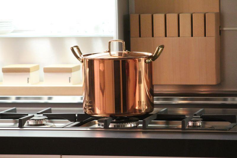 Houd de deksels tijdens het koken op de pannen